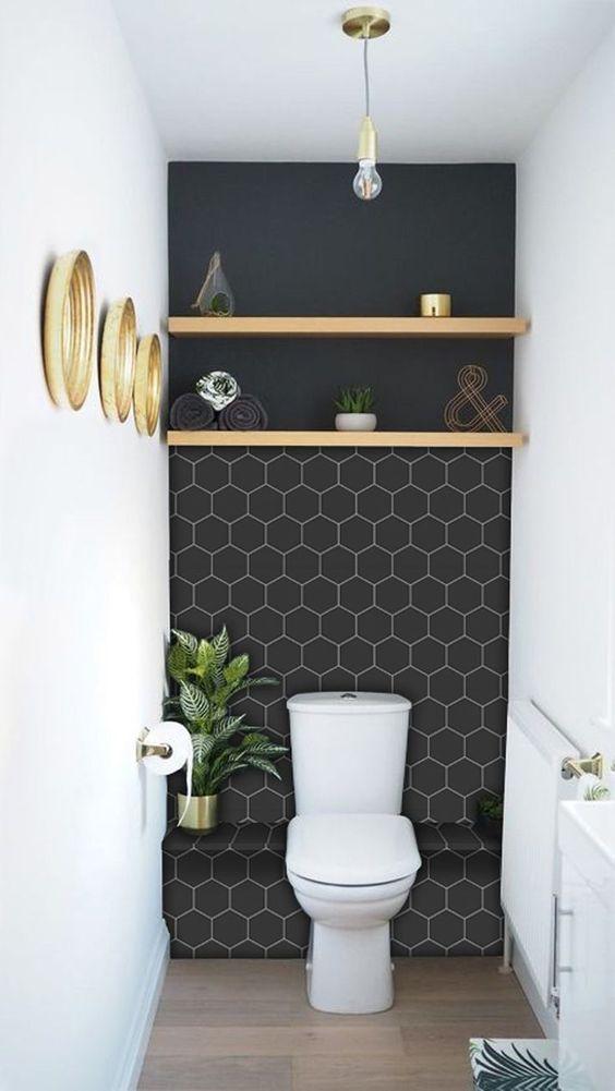Modern toilet met wit met blauwe muur en gouden accessoires