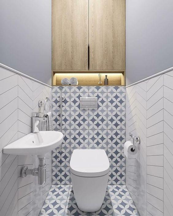 modern toilet idee met witte visgraad tegels op de muur