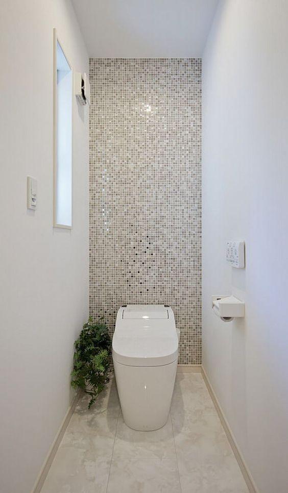 modern toilet met witte en badkamertegel muur