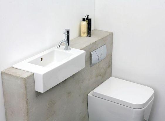wastafel in het watercloset van een toilet