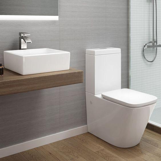 modern en strak toilet in een badkamer