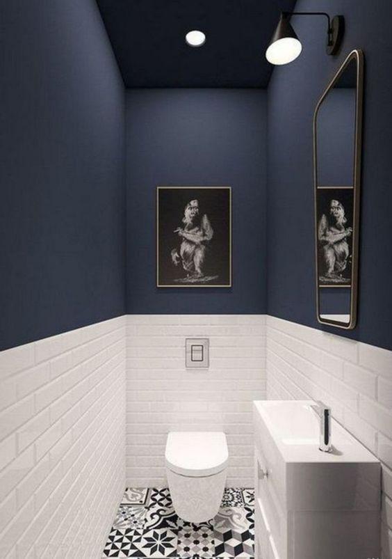 toilet ideeën met blauwe muur en witte tegels