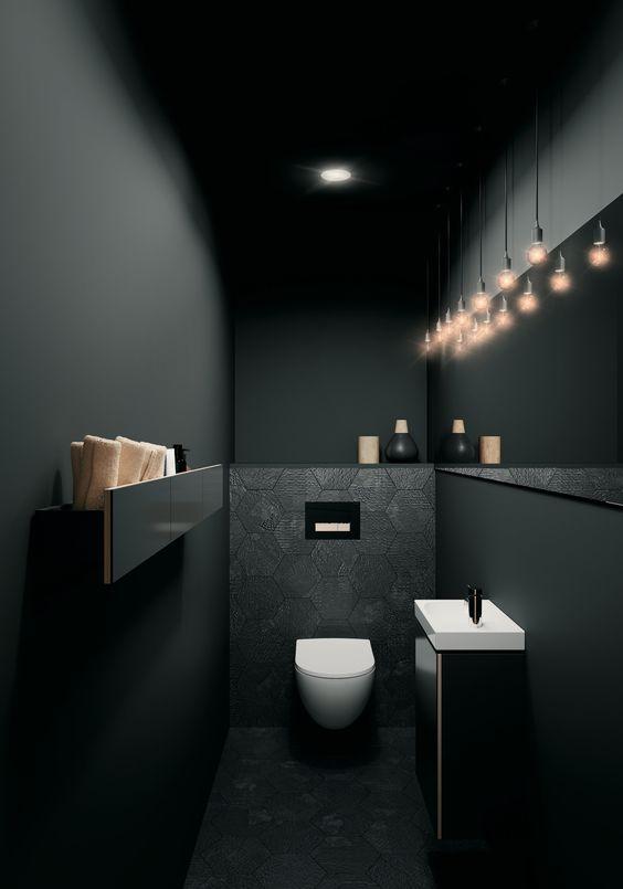 donker toilet met witte zweevdn design toiletpot en sfeerverlichting