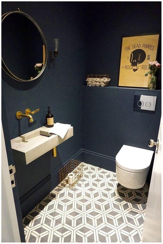 mooie blauwe toilet met gouden kraan en zwevend toiletpot