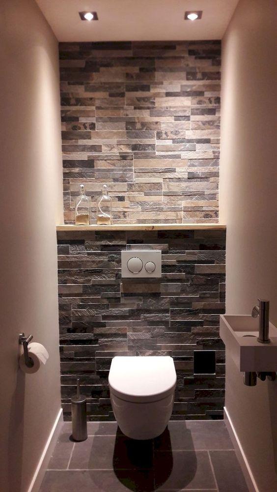 modern toilet met achtermuur van tegels